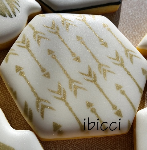 ibicci decorated cookie showing bronze airbrushed medium arrows stencil